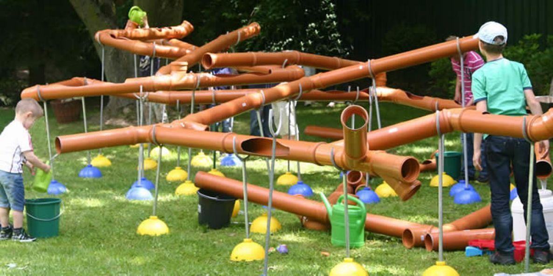Spielen mit der wasser bahn f r kinder feste for Outdoor spule selber bauen